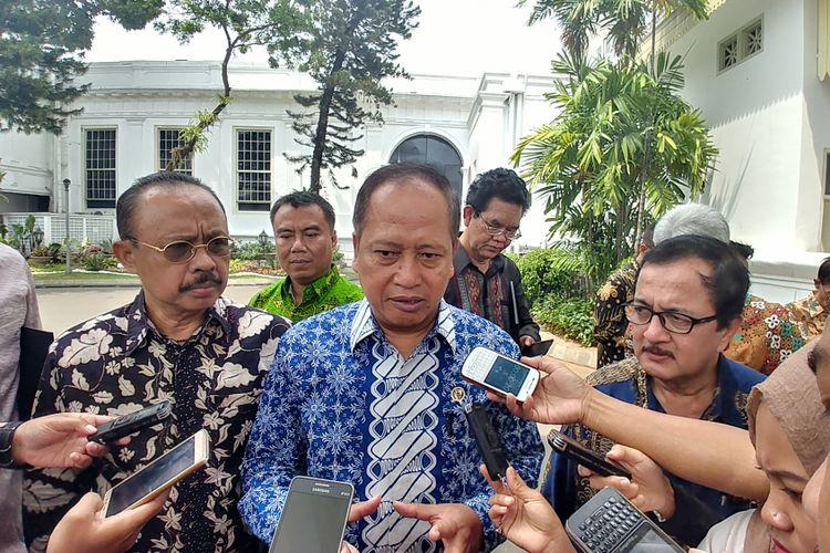 Menteri Riset dan Pendidikan Tinggi Muhammad Nasir bersama para rektor usai bertemu Jokowi di Istana Kepresidenan, Jakarta, Jumat (25/8/2017).