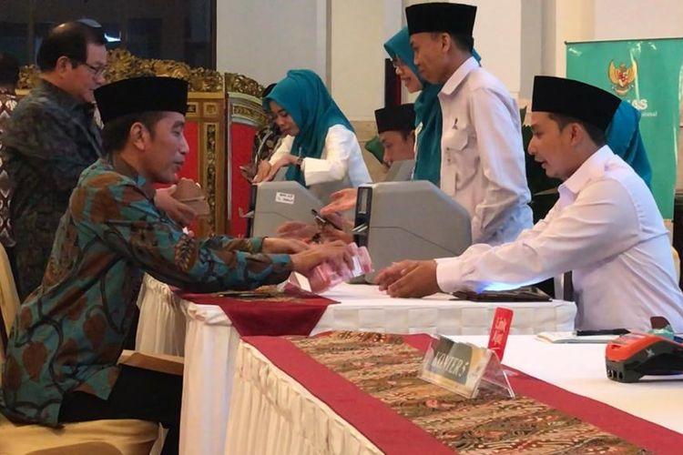 Presiden Joko Widodo membayar zakat mal di Istana Negara, Jakarta, Kamis (16/5/2019).
