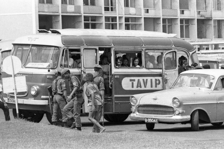 Tahun 1975 kondisi keamanan di Jakarta masih dianggap rawan. Oleh karenanya di jalanan sering terjadi razia terhadap kendaraan yang dicurigai. Terlihat sebuah bis Robur yang sangat populer saat itu, dengan nama Tavip tengah dirazia oleh beberapa petugas keamanan Kodam Jaya.