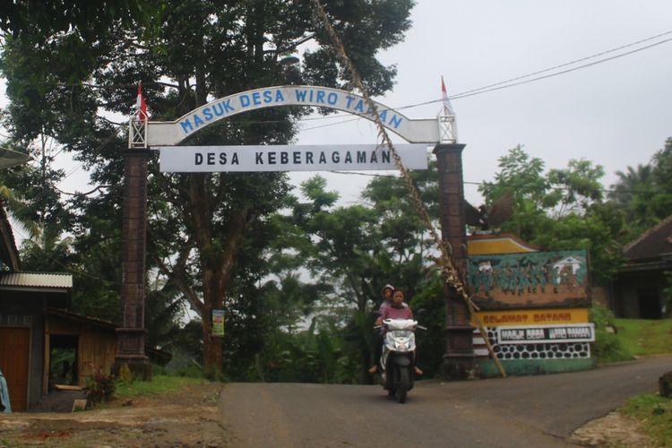 Pintu gerbang menuju Desa Wirotaman, Kecamatan Ampelgading, Kabupaten Malang, Sabtu (13/1/2018). Desa yang ada di pelosok perbatasan Kabupaten Malang dan Kabupaten Lumajang itu memiliki warga pemeluk beragam agama seperti Islam, Hindu, Kristen dan Katolik.