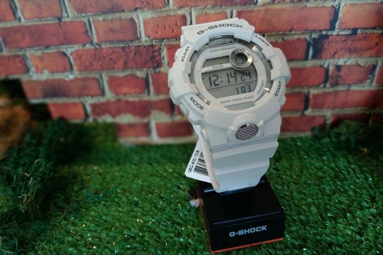 Jam tangan G-Shock GBD-800 dengan layar digital. Dua varian lainnya adalah GBA-800 dan BSA-B100 yang dilengkapi dengan jarum analog.