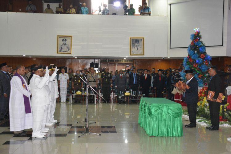 Gubernur Papua Lukas Enembe melantik dan mengambil sumpah janji jabatan bupati dan wakil bupati Jayapura dan Intan Jaya di Sasana Krida Kantor Gubernur Dok II Jayapura, Selasa (12/12/2017).