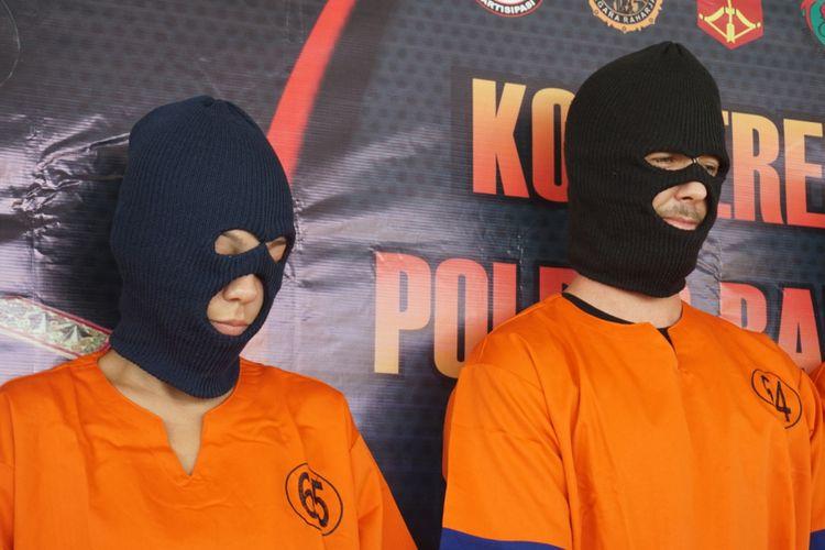 Michelle dan kekasihnya, Christopher, warga negara Amerika Serikat, saat diamankan oleh Polres Banyuwangi.