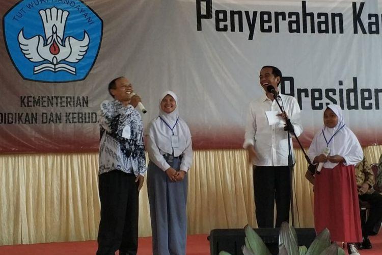 Presiden saat membagikan Kartu Indonesia Pintar (KIP) kepada 1.012 siswa di Kabupaten Majalengka Jawa Barat, Kamis (24/5/2018) memberikan pesan agar orang muda bijak dalam memanfaatkan media sosial.