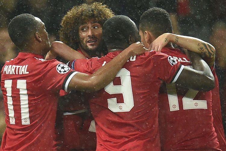 Marouane Fellaini dikerubuti rekan-rekannya saat membawa Manchester United unggul atas Basel pada babak pertama pertandingan Liga Champions di Stadion Old Trafford, Selasa (12/9/2017).