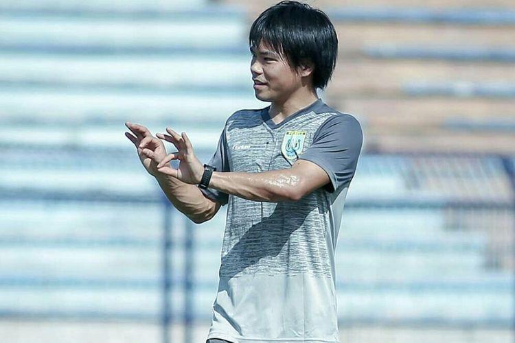 Kei Hirose saat mencoba lapangan di Stadion Surajaya, Lamongan.