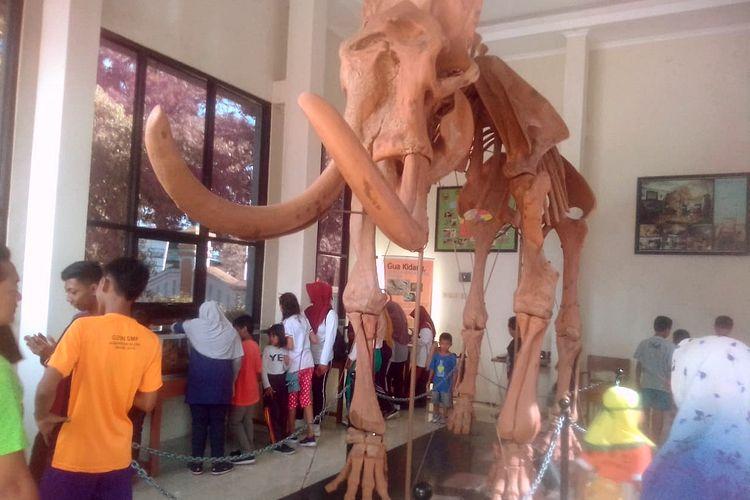 Suasana bangunan yang memajang replika fosil gajah purba di kawasan alun-alun Blora, Jawa Tengah, Rabu (27/3/2019).