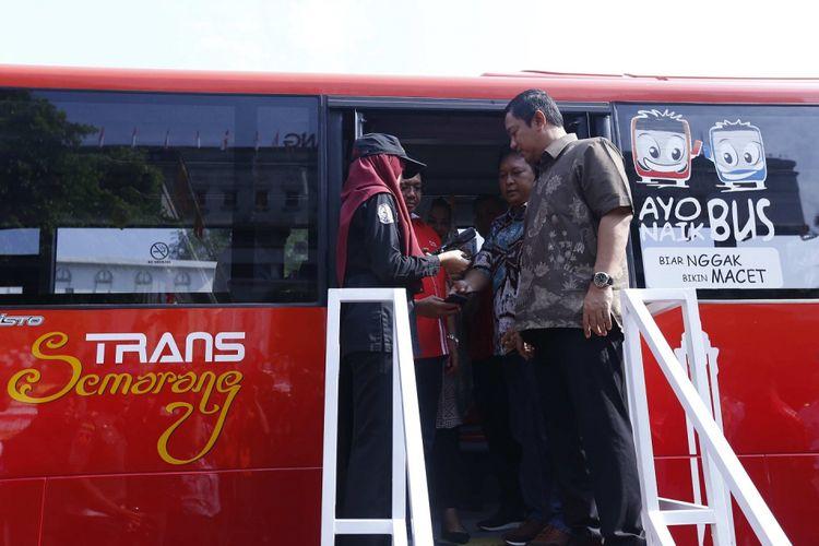 Wali Kota Semarang Hendrar Prihadi mencoba T-Cash saat hendak naik bus rapit transit, Jumat (18/8/2017)