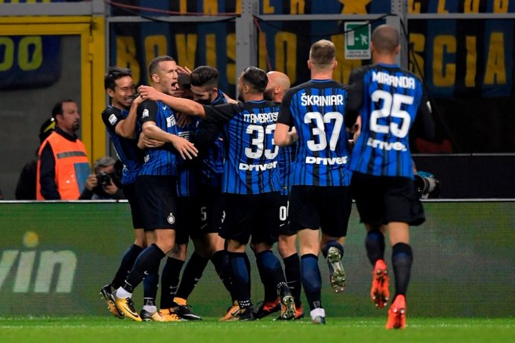 Para pemain Inter Milan merayakan gol yang dicetak Mauro Icardi ke gawang Sampdoria dalam laga Liga Italia di Stadion Giuseppe Meazza, Milan, pada 24 Oktober 2017.