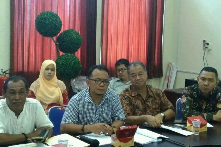 Sejumlah Komisioner KPU Kota Tanjungpinang. Saat ini KPU dalam proses puncak tahapan pilkada , yaitu pendaftaran calon. Setelah itu dilakukan pemeriksaan kesehatan calon sampai 15 Februari dan penetapan calon yang akan ditetapkan 12 Februari 2018.