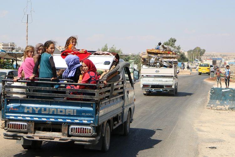 Warga Suriah membawa harta benda mereka meninggalkan tempat tinggal dan kampung halaman mereka di Idlib menuju wilayah yang lebih aman, menyusul serangan yang dilancarkan pasukan rezim pro-pemerintah bersama sekutu Rusia.