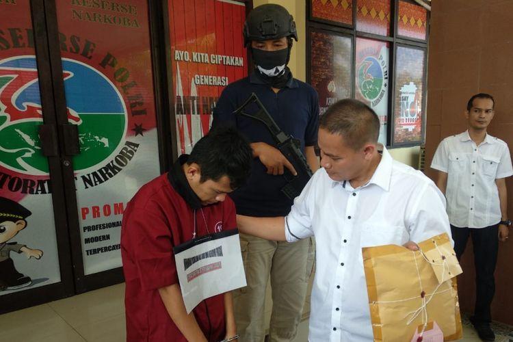 M Rizkillah alias Kiki (22) tersangka yang berprofesi sebagai Satpol-PP tertangkap saat membawa ekstasi 1.294 butir.
