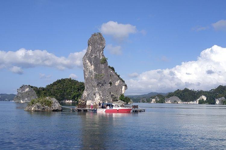 Keliling Teluk Kabui, Lihat Batu Pensil hingga Wajah Berhidung Mancung