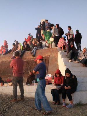 Para wisatawan saat melihat matahari tebit di Puncak Danau Kelimutu, NTT.(SANDRO GATRA/KOMPAS.com)