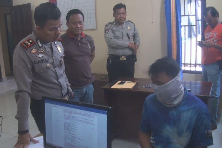 Mardiono menjalani pemeriksaan di Mapolsek Lembak Muara Enim usai ditangkap karena dilaporkan oleh orang tua siswa yang jadi korban kelakukan bejadnya.