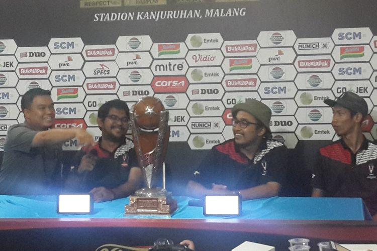Perwakilan SC Piala Presiden 2019 Decky Jasri (dua dari kiri) saat konferensi pers di Kantor Arema FC, Kamis (11/4/2019)