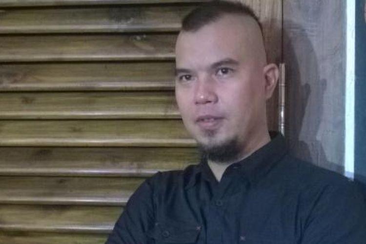 Ahmad Dhani diabadikan setelah mengadakan jumpa pers di kediamannya, Pondok Indah, Jakarta Selatan, Minggu (17/1/2016), terkait tweet-nya mengenai ISIS.