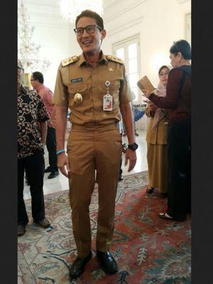 Pakaian dinas Wakil Gubernur DKI Jakarta Sandiaga Uno.