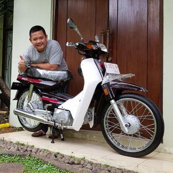 Zubastian Racham berpose bersama Honda Astrea Grand lansiran 1991 hasil restorasi yang baru saja dia jual seharga Rp 80 juta.