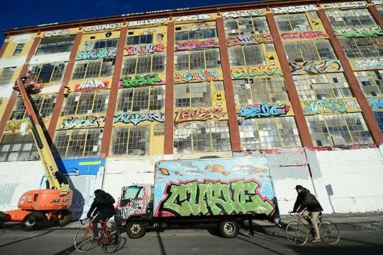 Gedung 5Pointz di Queens, New York yang dipenuhi karya grafiti dan menjadi daya tarik wisatawan sebelum ditutup cat putih oleh pengembang pada 2013 dan dirobohkan pada 2014.