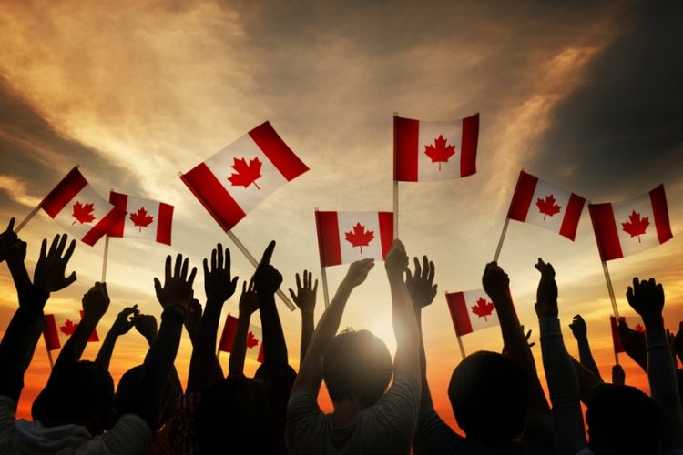 Ilustrasi sekelompok orang memegang bendera Kanada. (Shutterstock)