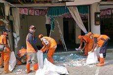 Pasukan Oranye Bersihkan Pecahan Kaca di Lokasi Ledakan Ruko Grand Wijaya