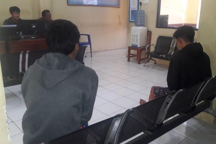 BO (21) dan RI (21) tengah diamankan di Mapolres Gowa, Sulawesi Selatan usai berhasil dievakuasi dari amukan warga lantaran kepergok curi ayam. Selasa, (8/8/2017).