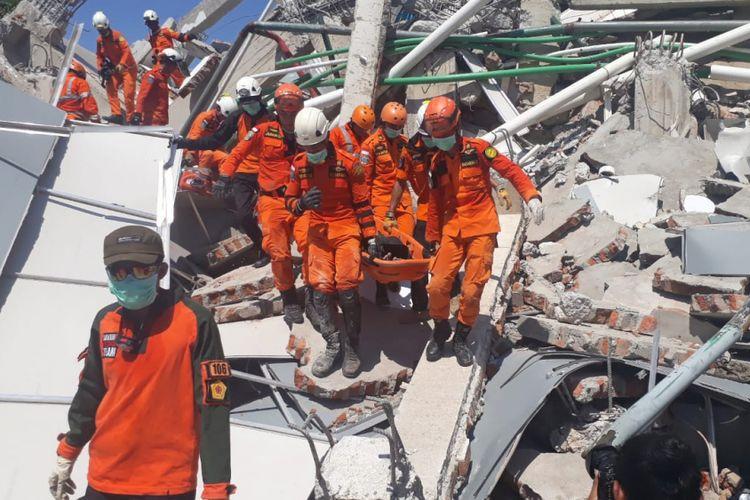 Tim SAR menemukan salah satu korban meninggal dunia dari reruntuhan Hotel Roa Roa Palu akibat gempa, Minggu (30/9/2018).
