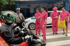 Di Mimika, Pegendara Motor Tidak Pakai Helm Dapat Takjil dari Polisi