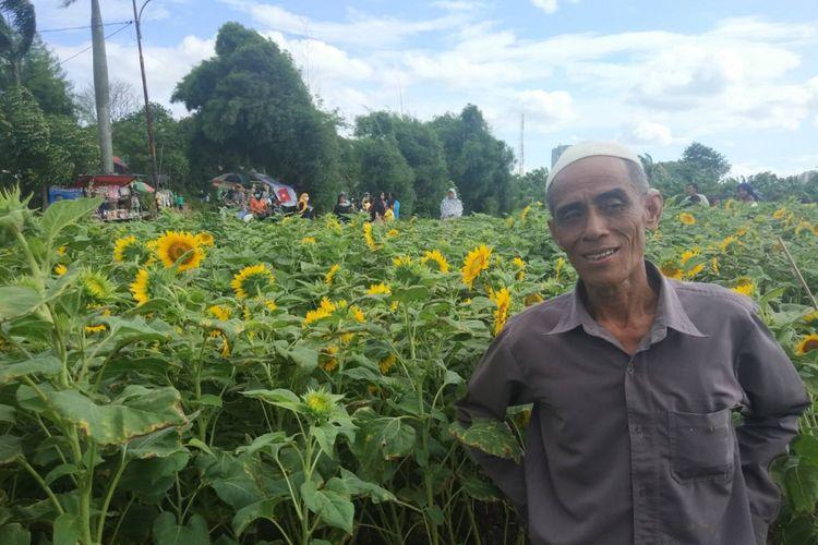 Masyari, pemilik lahan bunga matahari yang viral akibat unggahan foto-foto di media sosial berpose di lahannya sendiri, Pinang, Kota Tangerang (3/1/2019).