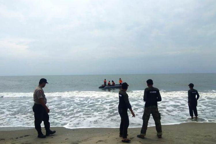 Tim pencari nelayan tenggelam di Desa Alue Dua Paya Gajah, Kecamatan Peureulak, Kabupaten Aceh Timur, Jumat (19/7/2019).