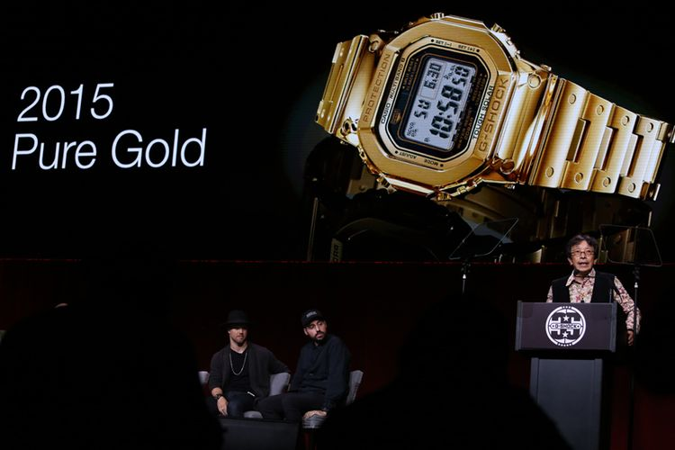 Kikuo Ibe memaparkan hasil inovasi di tahun 2015, dengan membuat G-Shock berbahan emas murni.