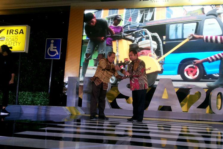 Wali Kota Tangerang Arief Wismansyah saat menerima penghargaan sebagai kota dengan keselamatan berlalu lintas terbaik dalam ajang Indonesia Road Safety Award 2017, di Jakarta, Kamis (7/12/2017).