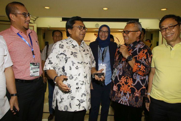 Ketua Umum Partai Hati Nurani Rakyat (Hanura) Oesman Sapta Odang (kedua kiri) berbincang dengan Ketua KPU Arief Budiman (kedua kanan) seusai melakukan pertemuan terkait pendaftaran calon peserta Pemilu 2019 di Gedung KPU Pusat, Jakarta, Kamis (12/10). Pertemuan yang dilakukan secara tertutup dengan ketua KPU RI tersebut dilakukan untuk meninjau kelengkapan berkas Partai Hanura yang telah mendaftar sebagai calon peserta Pemilu 2019. ANTARA FOTO/Rivan Awal Lingga/pras/17