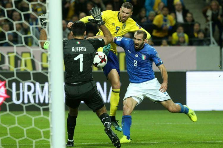 Giorgio Chiellini dan Gianluigi Buffon mencoba mengamankan gawang timnas Italia dari serangan striker Swedia, Marcus Berg, pada pertandingan play-off Piala Dunia 2018 di Solna, Jumat (10/11/2017).