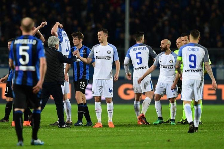 Para pemain Atalanta dan Inter Milan bersalaman seusai laga Serie A di Stadion Atleti Azzurri dItalia, Sabtu (14/4/2018).