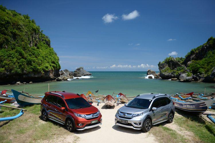 Honda BR-V berpose di pinggir pantai Ngrenehan