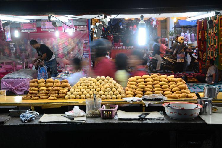 Pedagang mengelar dagangan saat tradisi Dandangan di ruas jalan Sunan Kudus, Kudus, Jawa Tengah, Jumat (26/5/2017) sore.Tradisi menyambut bulan Ramadan dengan berjualan di pusat Kota Kudus ini diikuti ratusan pedagang dari berbagai kota itu merupakan tradisi sejak masa Sunan Kudus.