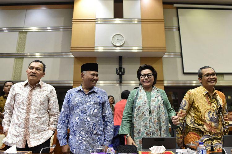 Ketua Komisi Pemberantasan Korupsi (KPK) Agus Rahardjo (kedua kiri) bersama Wakil Ketua KPK Saut Situmorang (kiri), Basaria Panjaitan (kedua kanan) dan Alexander Marwata (kanan) bersiap mengikuti rapat dengar pendapat dengan Komisi III DPR di Kompleks Parlemen Senayan, Jakarta, Senin (11/9/2017). Rapat kerja Komisi III dengan KPK tersebut membahas sistem pengawasan terhadap pengelolaan dan manajemen aset hasil tindak pidana korupsi di lembaga tersebut.