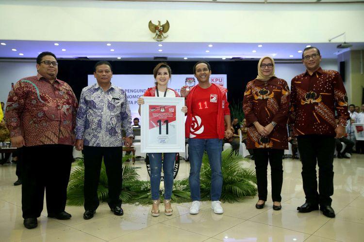 Ketua Umum Partai Solidaritas Indonesia (PSI) Grace Natalie (ketiga dari kiri) menunjukkan nomor urut 11 saat Pengambilan Nomor Urut Partai Politik untuk Pemilu 2019 di Gedung Komisi Pemilihan Umum (KPU), Minggu (18/2/2018). Empatbelas partai politik (parpol) nasional dan empat partai politik lokal Aceh lolos verifikasi faktual untuk mengikuti Pemilu 2019.