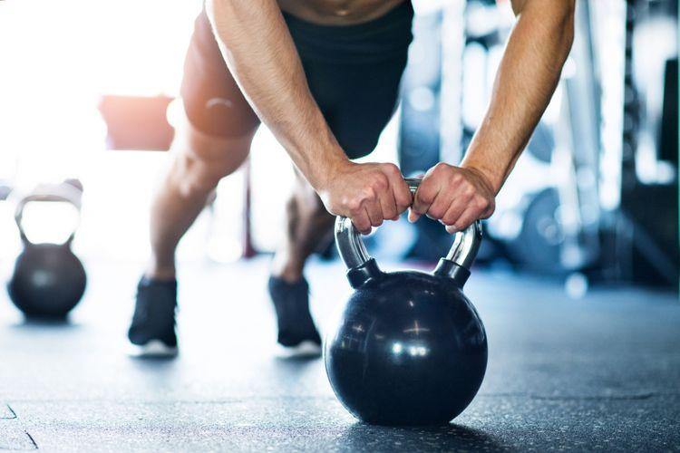 Ilustrasi push ups dengan kettlebell