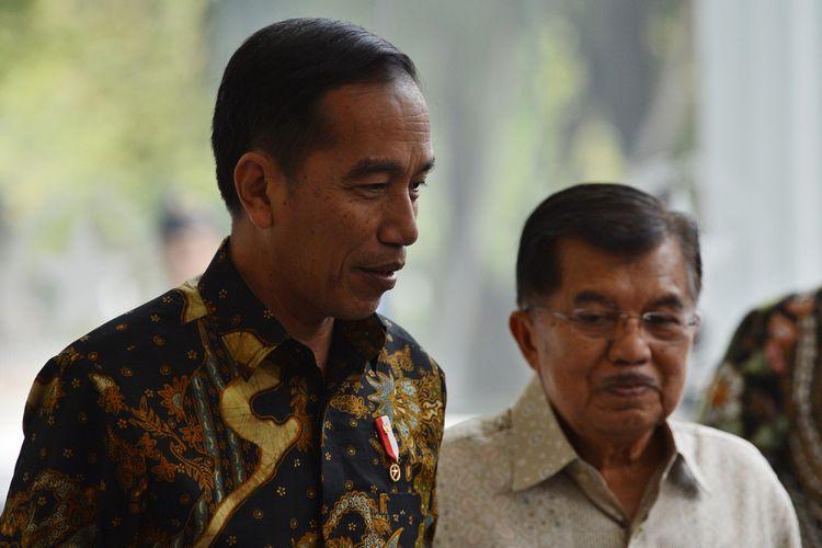 Presiden Joko Widodo (kiri) dan Wakil Presiden Jusuf Kalla (kanan) menjawab pertanyaan wartawan usai melakukan pertemuan tertutup di Kantor Wakil Presiden, Jakarta, Kamis (9/8). Kedatangaan presiden tersebut untuk memberitahukan rencana pendaftaran capres dan cawapres pada Jumat (10/8) esok di KPU. ANTARA FOTO/Wahyu Putro A/wsj/18.