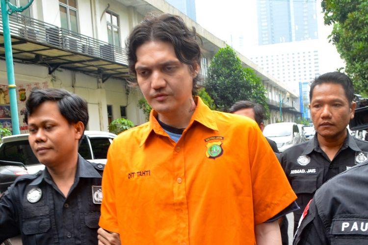 Ozzy Albar, yang mengenakan kostum tahanan, dihadirkan dalam jumpa pers di Ditres Narkoba Polda Metro Jaka, Jakarta Pusat, Kamis (14/8/2018).