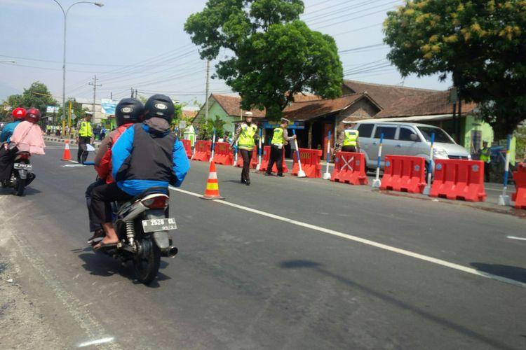 Petugas Ditlantas Polda Jateng dan Satlantas Polres Boyolali melakukan olah TKP kecelakaan yang menewaskan tujuh orang di Jalan Semarang-Solo tepatnya di Dukuh Pomah RT 004/ RW 001, Kecamatan Mojosongo, Boyolali, Jawa Tengah, Minggu (14/10/2018).