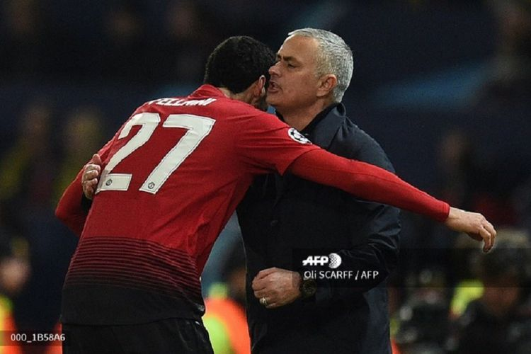 Jose Mourinho berpelukan dengan Marouane Fellaini untuk merayakan gol Manchester United dalam laga kontra Young Boys pada babak penyisihan Grup H Liga Champions di Stadion Old Trafford, Manchester, 27 November 2018.