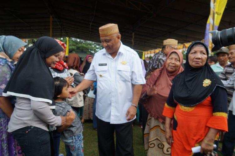 Gubernur Gorontalo Rusli Habibie bersama warga miskin. Ia melarang warganya pesta hura-hura saat pergantian tahun