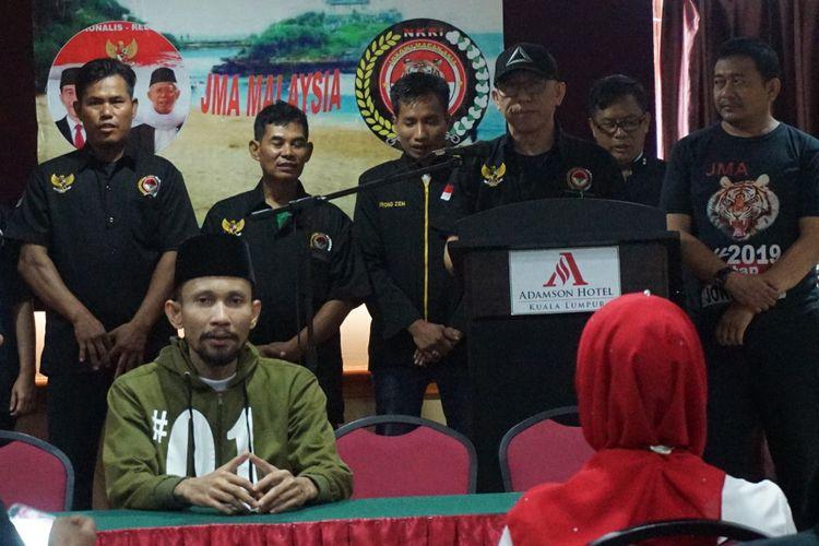 Ketua Umum Jokowi Macan Asia (JMA) Amin Minhan (ketiga kanan) memimpin deklarasi JMA Malaysia yang dihadiri Ketua Umum JMA Malaysia Adi Kurnia (kiri) dan Caleg DPR RI Dapil II dari Partai Nasdem Tengku Adnan (kedua kiri) di  Kuala Lumpur, Minggu (10/02/2019). Deklarasi dihadiri sejumlah pekerja migran Indonesia  di Kuala Lumpur. ANTARA FOTO/Agus Setiawan/nz.