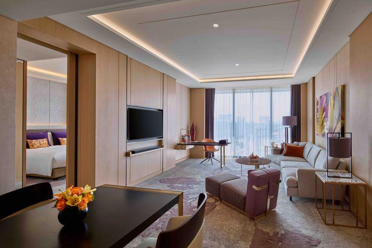 Ruang tamu Prestige Suite di Sofitel Singapore City Centre