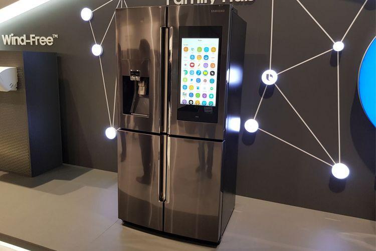 Samsung memperkenalkan perangkat kulkas pintar terbaru yang bisa diperintah dengan suara melalui teknologi Bixby pada ajang Samsung Forum 2018 di kota Roma, Italia, Kamis (8/2/2018).