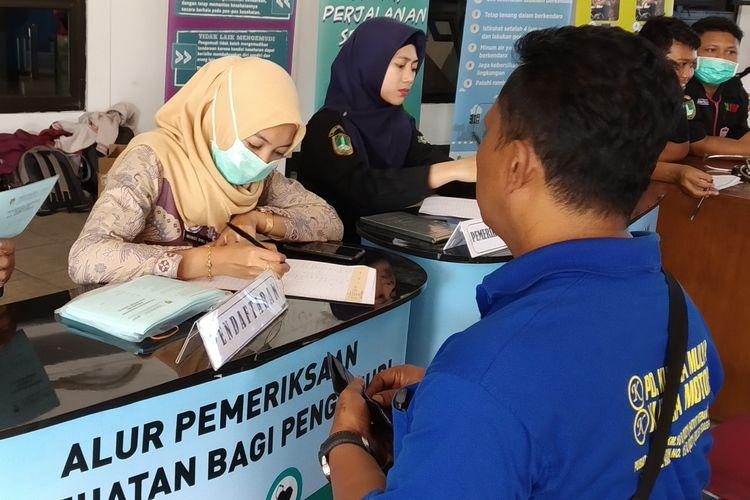 Petugas Dinas Kesehatan dan BNN Kota Surakarta melakukan pemeriksaan kesehatan kru bus di Terminal Tipe A Tirtonadi Solo, Jawa Tengah, Rabu (22/5/2019).